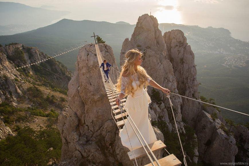 Новобрачные осваивают экстремальные фотосессии на подвесных мостах на Ай-Петри (фото) - фото 1