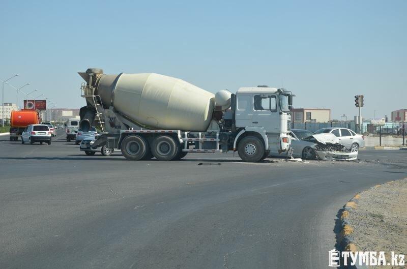 Мерседес столкнулся с бетономешалкой в Актау (фото) - фото 1