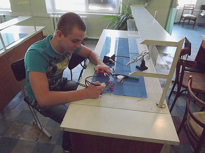Студенты кафедры электронной техники КИИ ДонНТУ осваивают новое лабораторное оборудование (фото) - фото 2