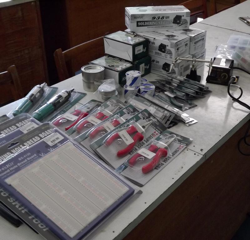 Студенты кафедры электронной техники КИИ ДонНТУ осваивают новое лабораторное оборудование (фото) - фото 1