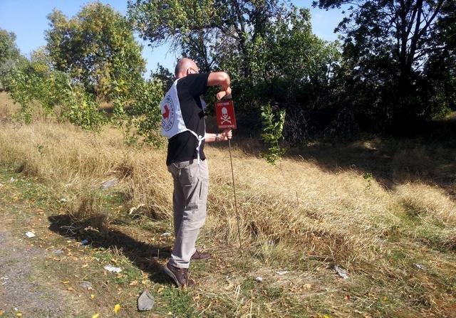 В Донецкой области начата маркировка заминированных участков (фото) - фото 1