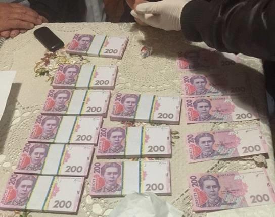 Под Киевом юрист и председатель попались на взятке в 200 тыс. грн (ФОТО) (фото) - фото 2