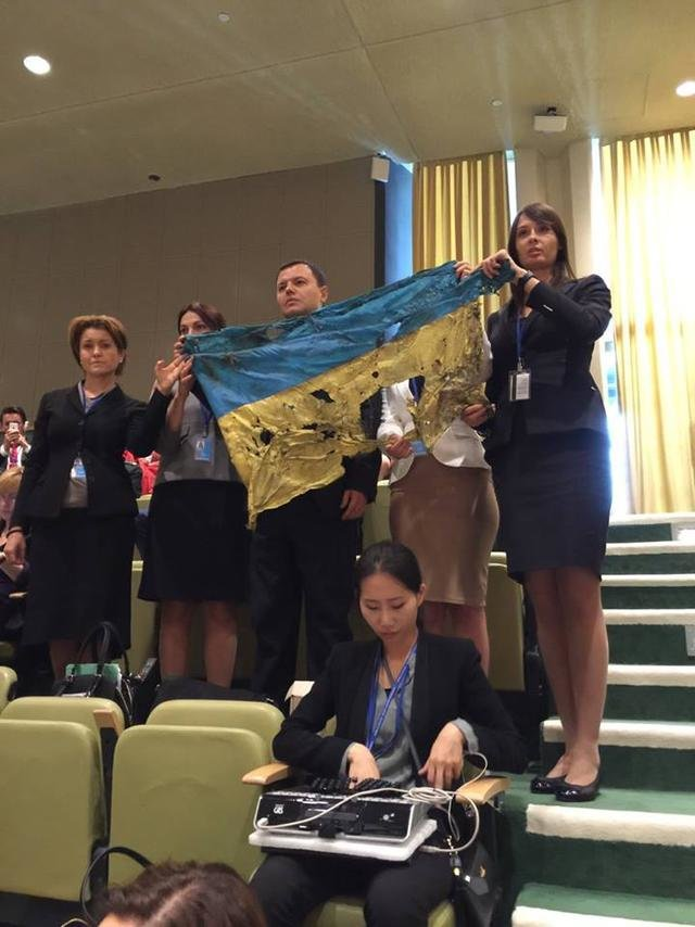 Во время выступления Путина в Генассамблее ООН на балконе подняли флаг со следами российских пуль (ФОТО) (фото) - фото 2