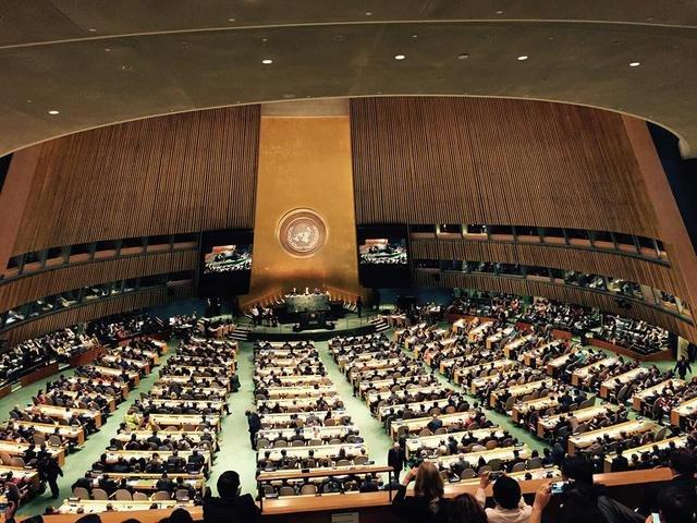 Во время выступления Путина в Генассамблее ООН на балконе подняли флаг со следами российских пуль (ФОТО) (фото) - фото 1