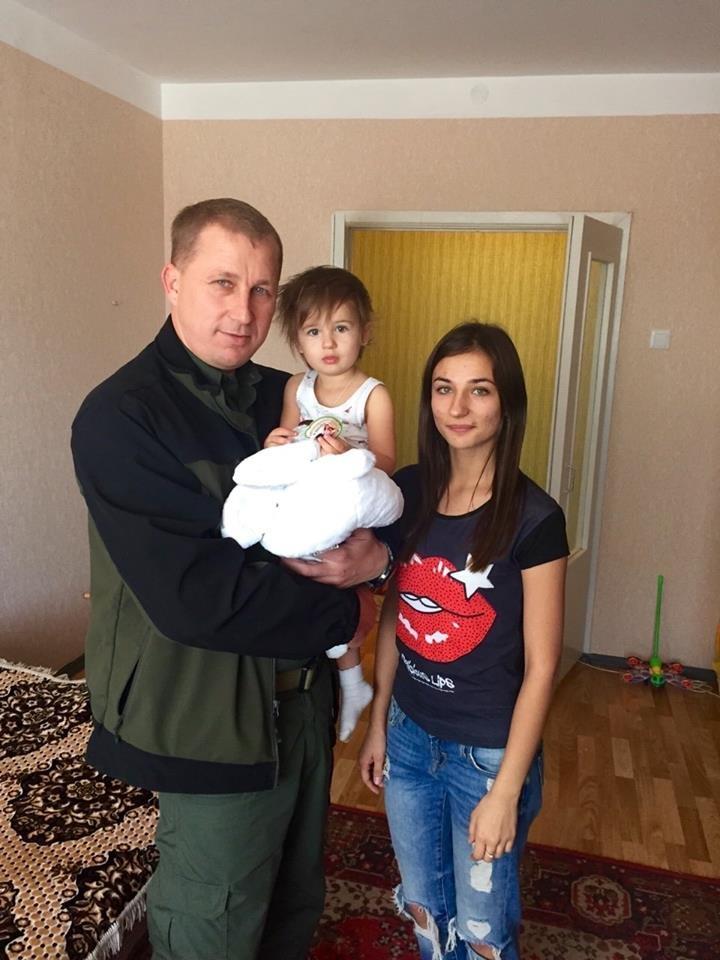 Глава областной милиции навестил вдову милиционера, погибшего в Мариуполе (ФОТО), фото-2