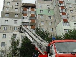 Утеплюючи фасад багатоповерхівки, чоловік ледь не зірвався з висоти 8 поверху (ФОТО) (фото) - фото 1