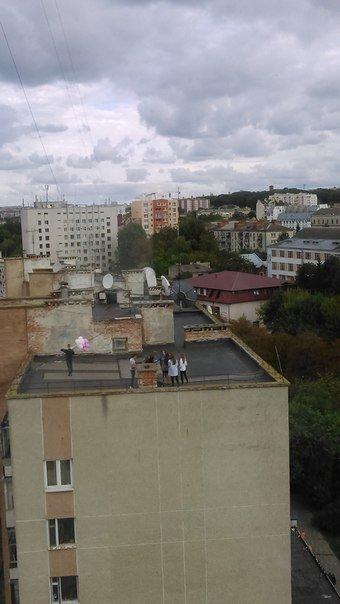 Міліціонери зірвали вечірку молодим людям, які хотіли пиячити на даху (фото), фото-2