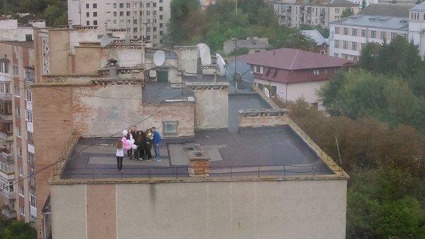 Міліціонери зірвали вечірку млодим людям, які хотіли пиячити на даху (фото) (фото) - фото 2