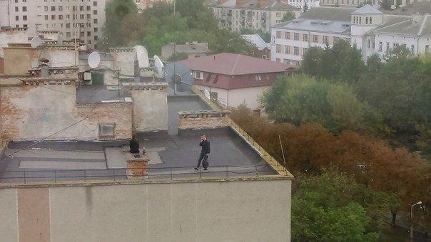 Міліціонери зірвали вечірку млодим людям, які хотіли пиячити на даху (фото) (фото) - фото 1