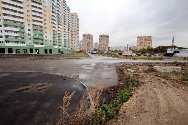 По Новгородскому проспекту в Шушарах начали ездить машины (фото) - фото 1
