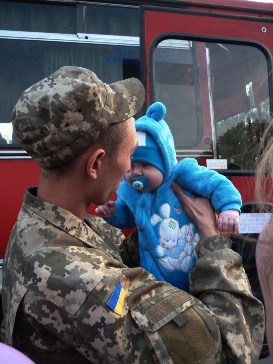 Криворожане встретили демобилизованных бойцов 17 бригады, которые больше года провели в зоне АТО (ФОТО) (фото) - фото 2