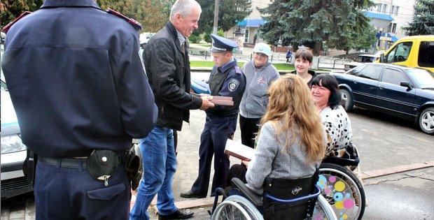 У Сторожинці неправильна парковка автомобіля заблокувала виїзд інвалідам на візках, фото-1