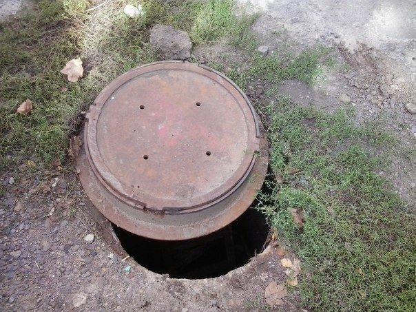 Перехожі виявили у Львові незачинений каналізаційний люк (ФОТО) (фото) - фото 1
