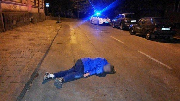 У Львові студент вирішив відпочити і ледь не заснув на проїжджій частині (ФОТО) (фото) - фото 1