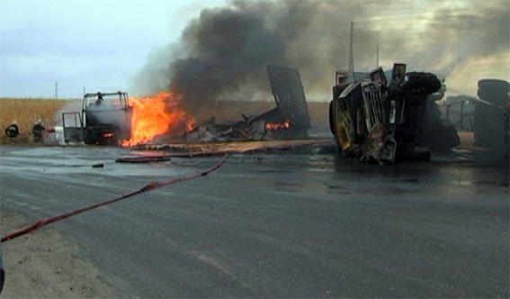 Житель Кировоградской области устроил опасное ДТП - два грузовика перевернулись и загорелись (ФОТО) (фото) - фото 1