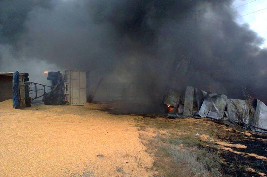 В результате пожара пострадал молодой водитель и повреждены 25 тонн кукурузы (ФОТО) (фото) - фото 1