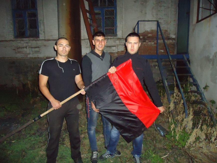 Патриоты продолжают украшать флагами радиовышки района (фото) - фото 5