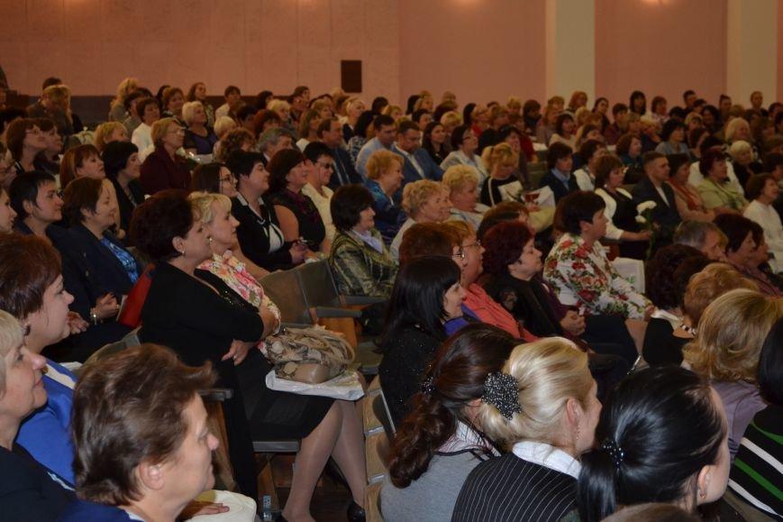 В Днепродзержинске накануне Дня работников образования чествовали педагогов, фото-1