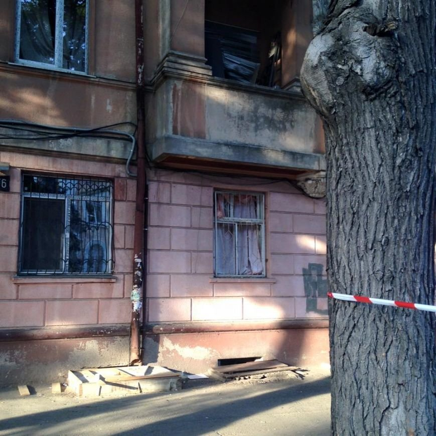 Одесситы после взрыва разбитые окна одеялами прикрывают (ФОТО) (фото) - фото 1