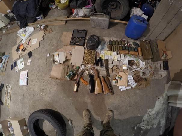 В Донецкой области задержали бывшего милиционера, у которого нашли арсенал оружия и наркотики (ФОТО, ВИДЕО) (фото) - фото 2