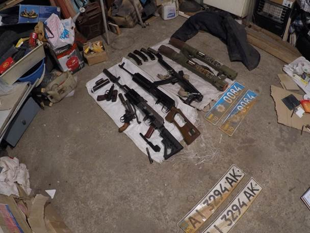В Донецкой области задержали бывшего милиционера, у которого нашли арсенал оружия и наркотики (ФОТО, ВИДЕО) (фото) - фото 1