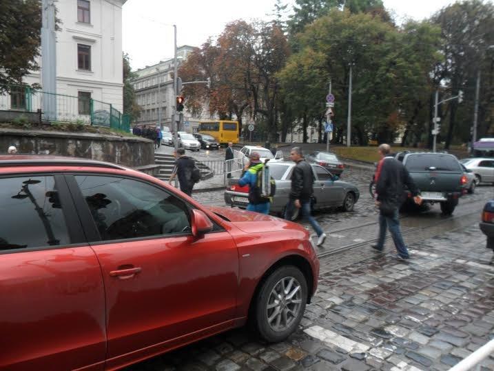 Поліція Львова привчає львів'ян не ігнорувати світлофор та «зебру» (ФОТО+ВІДЕО) (фото) - фото 1