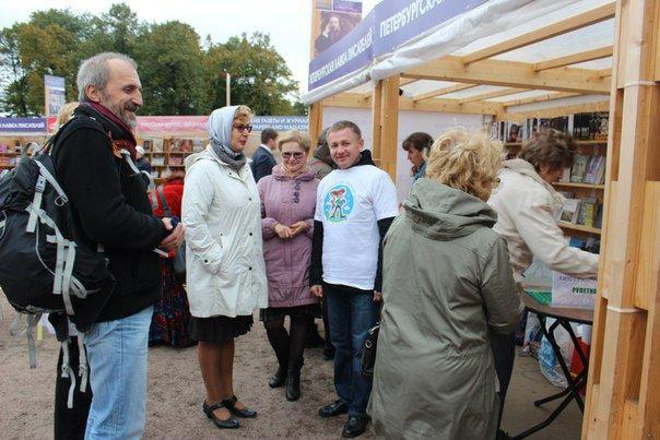 Вчера библиотеки Пушкинского района участвовали в Книжных аллеях в Михайловском замке (фото) - фото 2