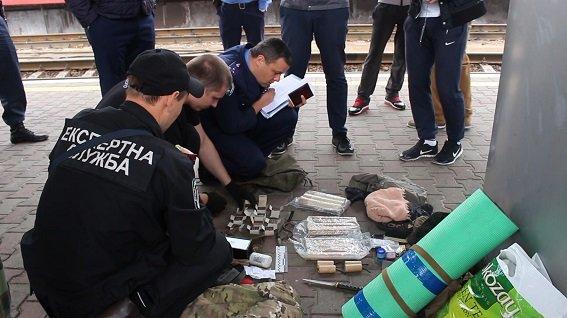 В Киеве милиция задержала военных, перевозивших оружие (ФОТО, ВИДЕО) (фото) - фото 2