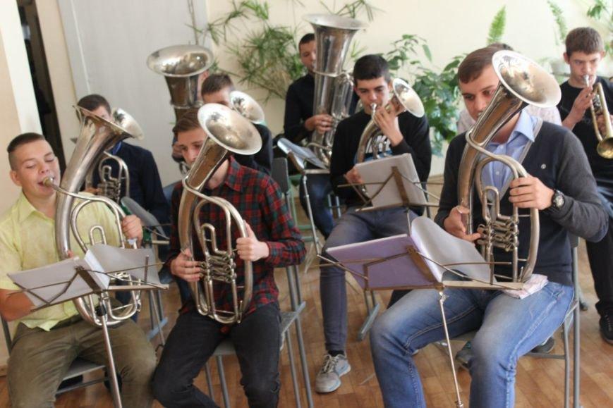 Днепропетровский оркестр, который удивил всех на День города, поздравил учителей (ФОТО) (фото) - фото 1