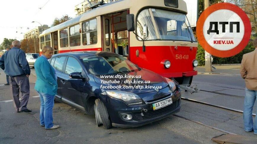 На Подоле столкнулись трамвай и легковое авто (ФОТОФАКТ), фото-2