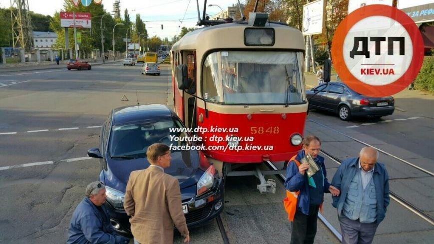 На Подоле столкнулись трамвай и легковое авто (ФОТОФАКТ), фото-1