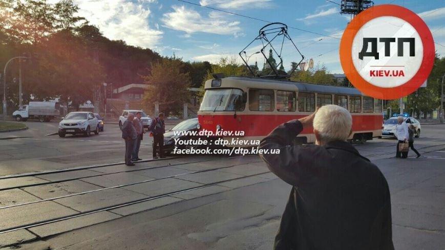 На Подоле столкнулись трамвай и легковое авто (ФОТОФАКТ), фото-3