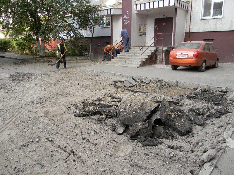 В Николаеве кандидат в депутаты пиарится на ремонте дорог за бюджетные средства (ФОТО) (фото) - фото 1