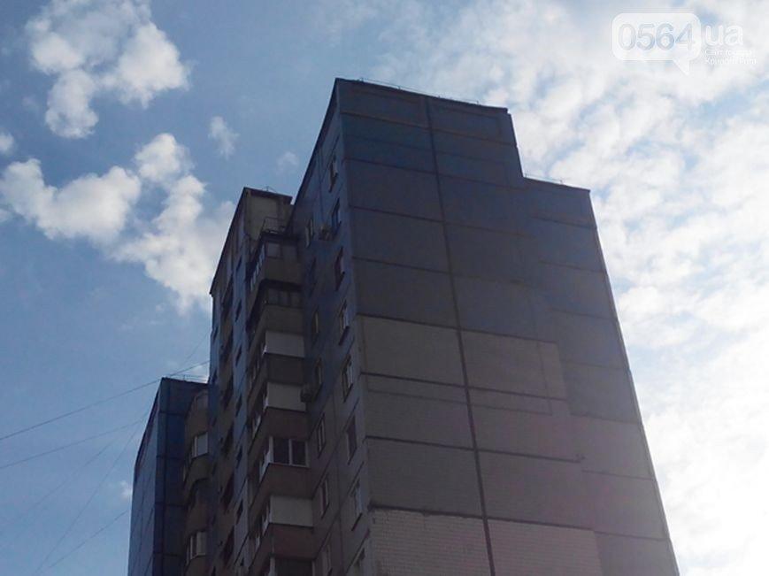 В Кривом Роге: задержали военкомов-взяточников, закрыли «мэрский» список кандидатов, под рекламу раскурочили стену дома (фото) - фото 3