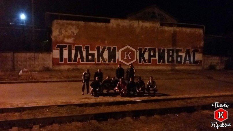 За несколько часов ультрас ФК «Кривбасс» нарисовали огромное граффити в центре города в поддержку любимой команды (ФОТО), фото-3