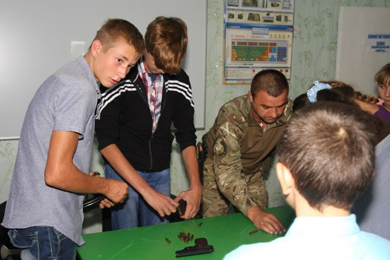Бійці батальйону «Полтава» провели уроки для дітей в зоні АТО (фото) - фото 1