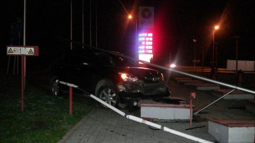 У Сокільниках водій не впорався з керуванням та розбив свій автомобіль на заправці (ФОТО) (фото) - фото 1