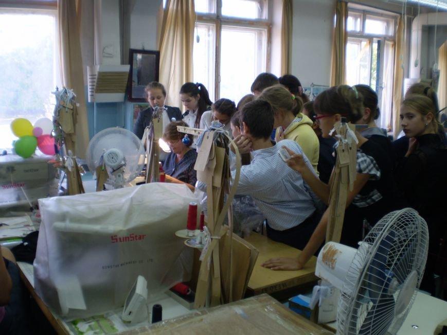 Краматорские школьники побывали с экскурсией на швейной фабрике (фото) - фото 1