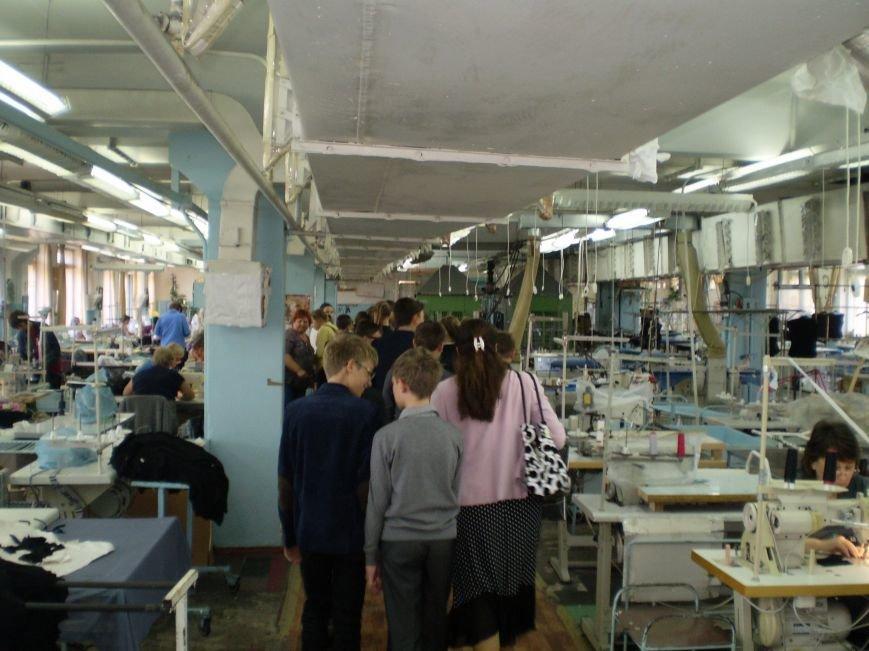 Краматорские школьники побывали с экскурсией на швейной фабрике (фото) - фото 2