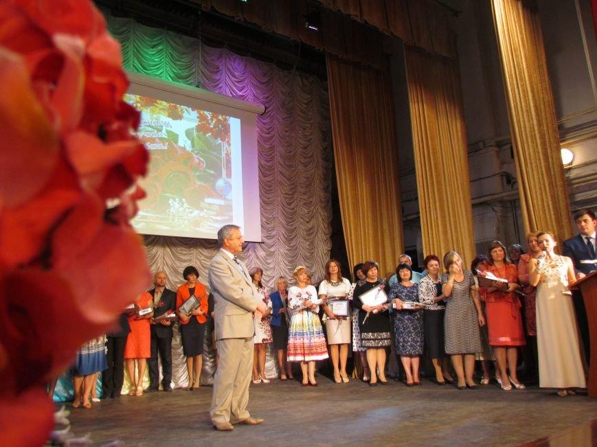 В Мариуполе педагоги принимали поздравления в канун профессионального праздника (ФОТОРЕПОРТАЖ), фото-1