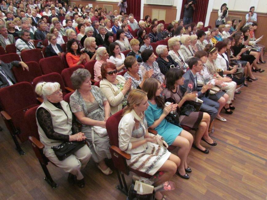 В Мариуполе педагоги принимали поздравления в канун профессионального праздника (ФОТОРЕПОРТАЖ), фото-10