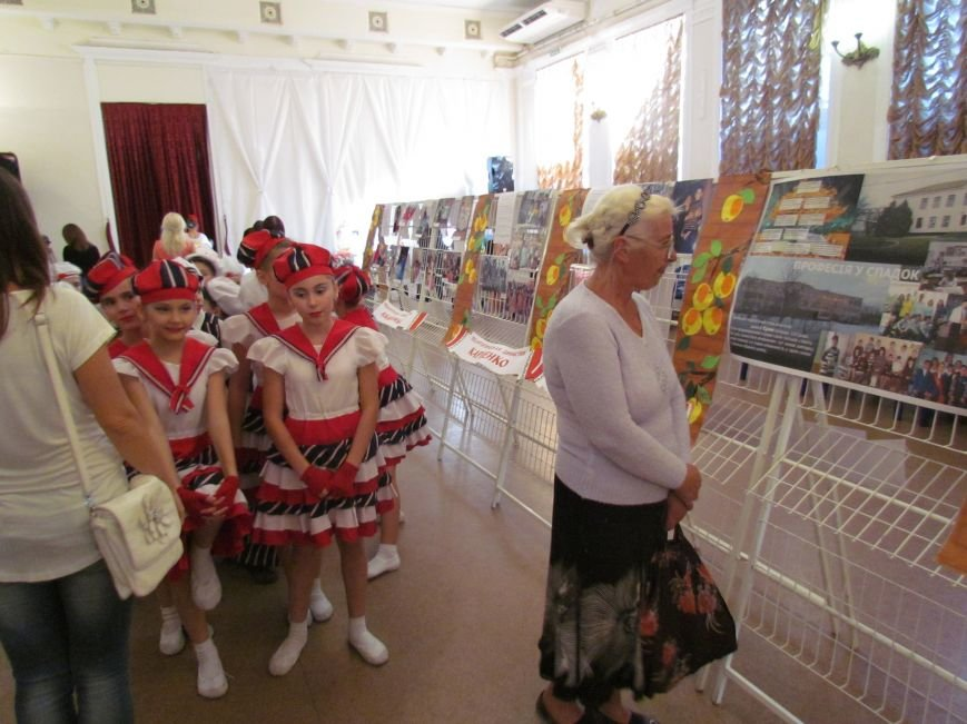 В Мариуполе педагоги принимали поздравления в канун профессионального праздника (ФОТОРЕПОРТАЖ), фото-17