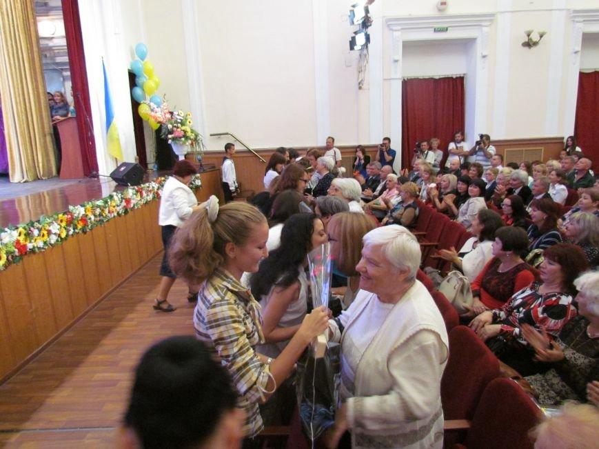 В Мариуполе педагоги принимали поздравления в канун профессионального праздника (ФОТОРЕПОРТАЖ), фото-16