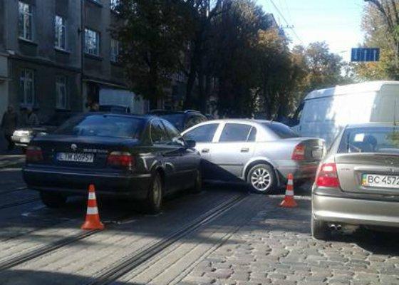 У Львові на вулиці Мельника через зітнення двох автомобілей утворився затор (ФОТО) (фото) - фото 1