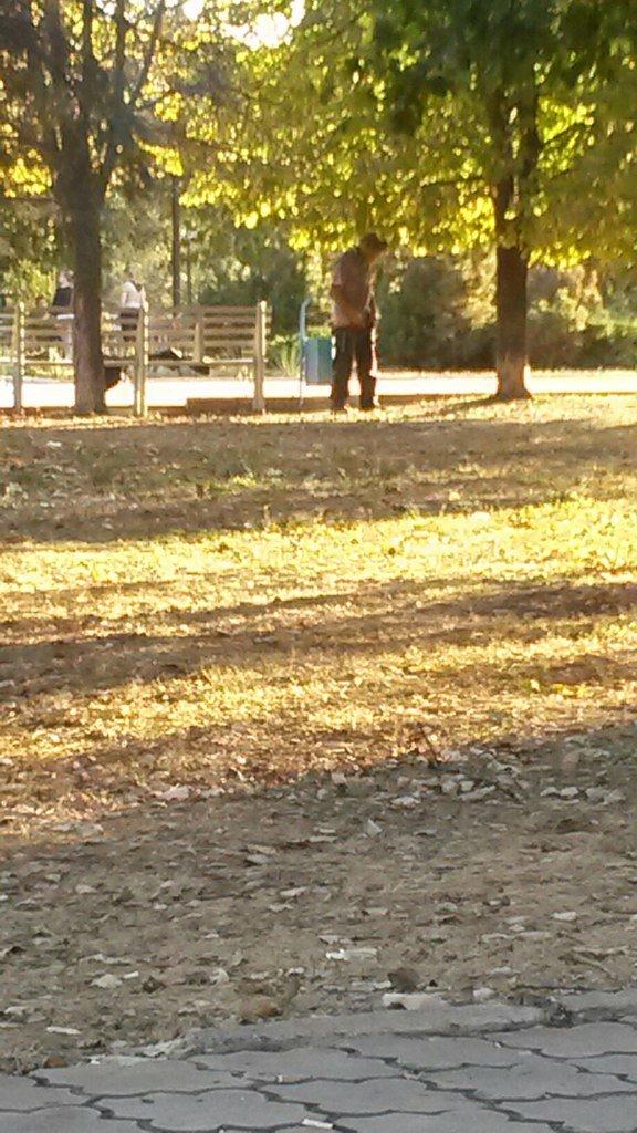 Аморальный бездомный мешает мариупольцам (ФОТО) (фото) - фото 1