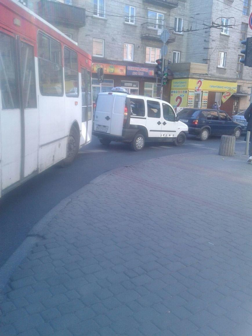 У центрі Тернополя водій таксі побив шофера буса (фото) (фото) - фото 1