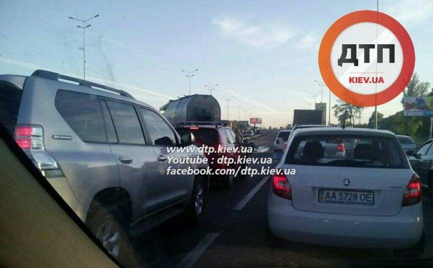 На Столичном шоссе столкнулись бензовоз и две легковушки (ФОТО), фото-1
