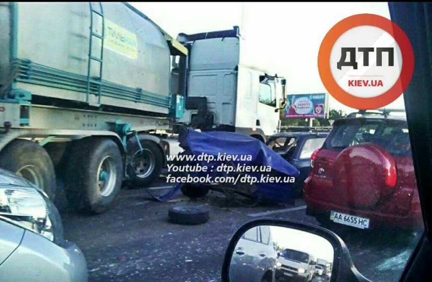 На Столичном шоссе столкнулись бензовоз и две легковушки (ФОТО), фото-2