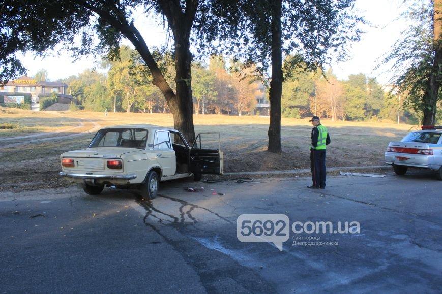 Утреннее ДТП в Днепродзержинске: на проспекте Аношкина ВАЗ врезался в дерево, фото-3