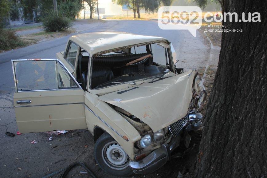 Утреннее ДТП в Днепродзержинске: на проспекте Аношкина ВАЗ врезался в дерево, фото-2